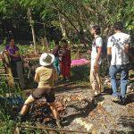Voluntários conversam durente mutirão na Horta das Corujas