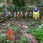 Canteiro da Horta das Corujas com estátuas da Branca de Neve e os Sete Anões