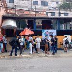 Pessoas em frente a um dos restaurantes que recebe palestras do Hack Town
