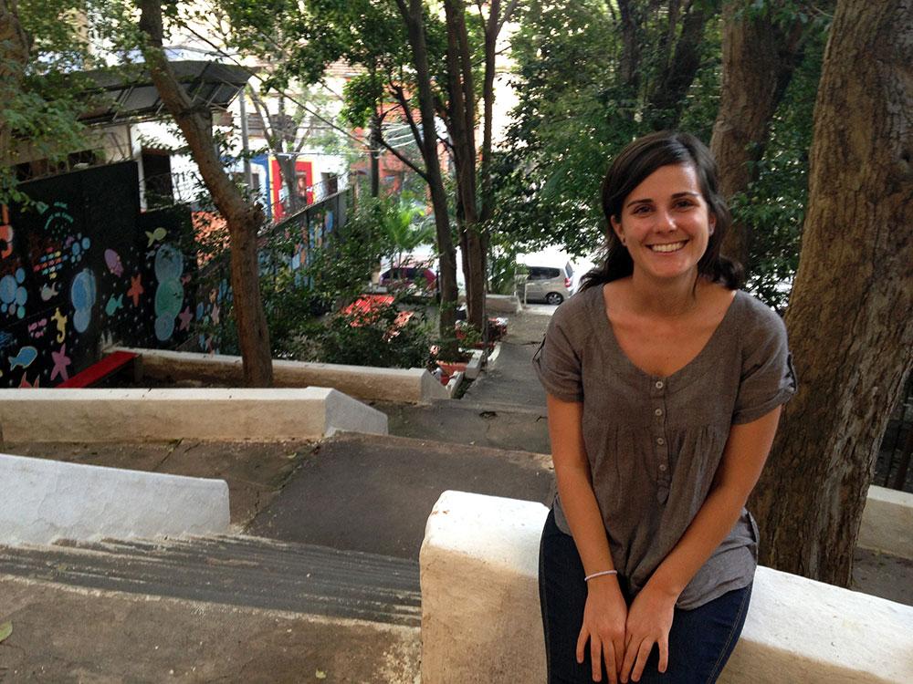 Gabi Callejas na escadaria da rua Alves Guimarães, que inspirou o início do Cidade Ativa