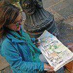 Mulher desenhando durante o encontro Urban Sketchers