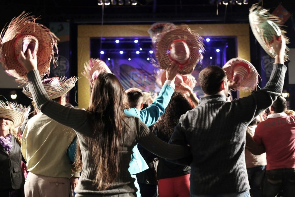 Pessoas dançando quadrilha na festa junina São João de Nóis Tudim